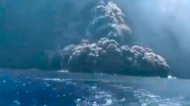 """На """"земле Божьей"""" Стромболи взорвался вулкан. Туристы в панике бежали в море (ВИДЕО)"""