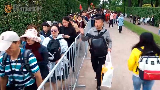 Минкультуры поручило урегулировать потоки туристов в Царском Селе, которое заполонили китайцы