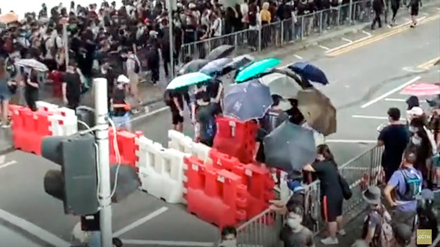 В Гонконге демонстранты блокируют подступы к аэропорту