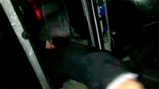 """В Улан-Удэ росгвардейцы бросили дымовую шашку в автобус, чтобы """"выкурить"""" протестующих"""
