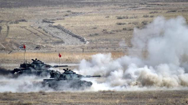 После артиллерийских обстрелов и авиаударов армия Турции пересекла границу Сирии - идет наземная операция
