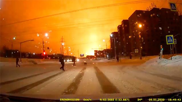 В Ухте горит нефтеперерабатывающий завод, из-за взрывов проведена эвакуация