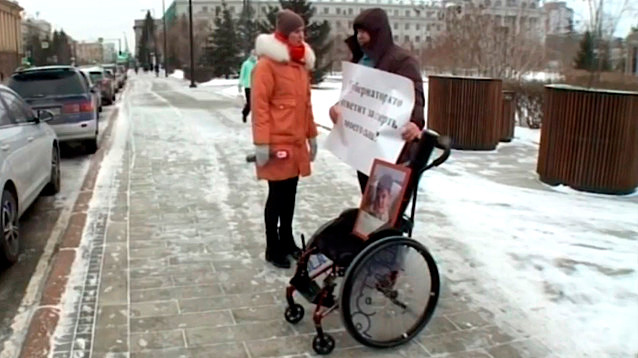 В Красноярске встал в пикет отец умершего ребенка, который не дождался прописанного лекарства