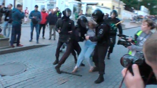 """В полиции объяснили, почему девушку на митинге ударили в живот: """"Вела себя эмоционально и агрессивно"""""""