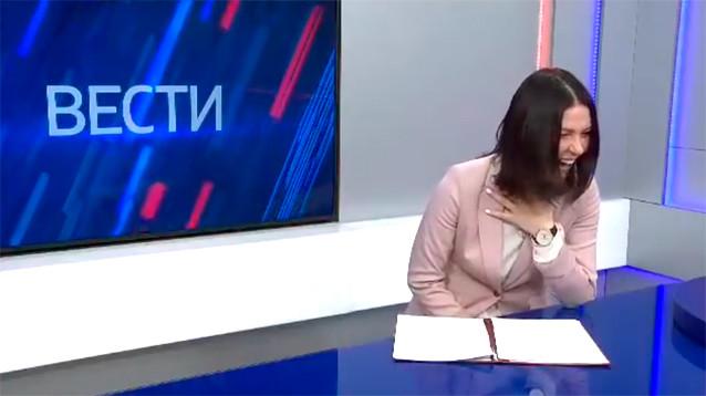 """Ведущая """"Вестей"""" не сдержала смех, читая новость о мизерных доплатах льготникам (ВИДЕО)"""