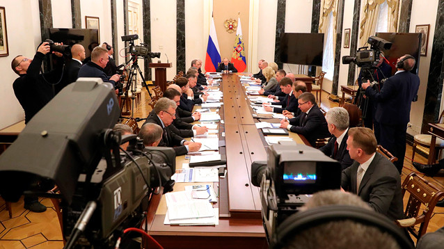 Путин обсудил с правительством противодействие коронавирусу