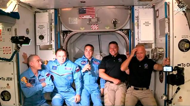 Crew Dragon с двумя астронавтами на борту успешно пристыковался к МКС (ВИДЕО)