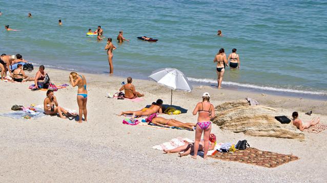 Роспотребнадзор: на пляже носить маски не нужно