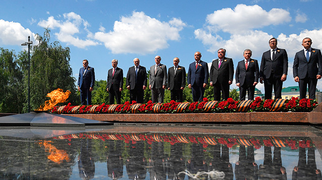 Лукашенко поменялся местами, чтобы не стоять рядом с Путиным при возложении цветов  (ВИДЕО)