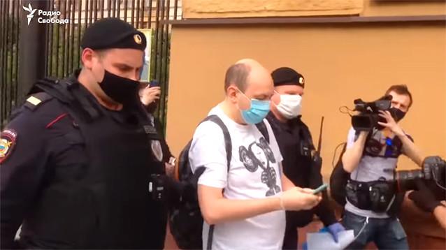 Главе МВД указали на одинаковые жетоны полицейских, задерживавших пикетчиков в Москве (ФОТО)