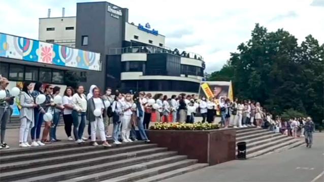 Жители белорусских городов выстроились в цепочки солидарности