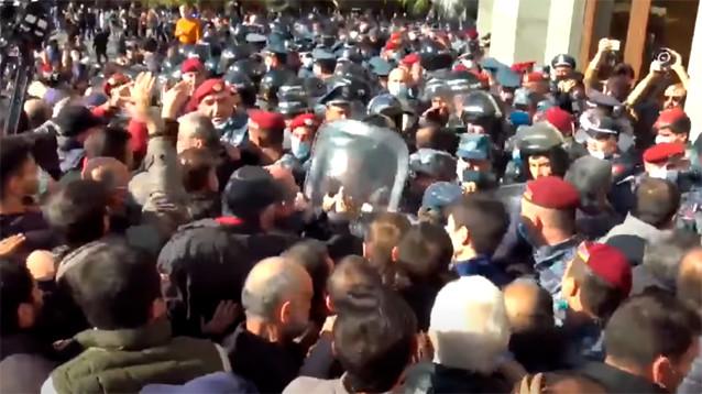"""""""Никол - предатель"""": протестующие против соглашения по Карабаху требуют отставки Пашиняна"""