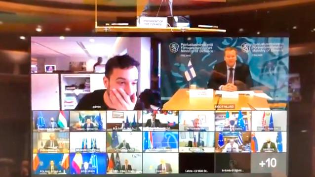 Репортер попал на секретную видеовстречу из-за оплошности министра обороны Нидерландов (ВИДЕО)